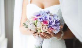 Bouquet de mariage de la jeune mariée à disposition Beau bouquet de mariage pour la jeune mariée Image stock