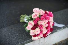 Bouquet de mariage roses L'eau et pluie sur le fond Photo libre de droits