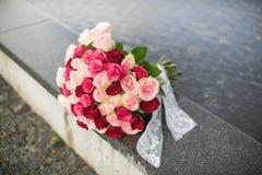 Bouquet de mariage roses L'eau et pluie sur le fond Image libre de droits