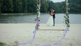 Bouquet de mariage sur la bascule avec les ménages mariés banque de vidéos