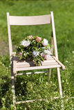 Bouquet de mariage sur la chaise Images stock