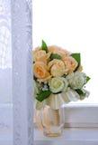 Bouquet de mariage sur la fenêtre Image stock