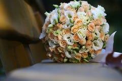 Bouquet de mariage sur le banc en bois Photographie stock