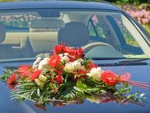 Bouquet de mariage sur le capot Photographie stock libre de droits
