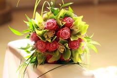 Bouquet de mariage sur le kneeler photographie stock libre de droits