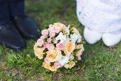 Bouquet de mariage sur le trottoir photographie stock libre de droits