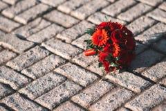 Bouquet de mariage sur le trottoir photos libres de droits