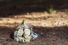 Bouquet de mariage sur le trottoir images libres de droits