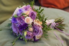 Bouquet de mariage sur un coussin vert, bouquet de jeune mariée de jet crème rose, rosier, pourpre de rose photos stock
