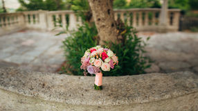 Bouquet de mariage sur un fond en pierre Photos stock