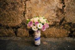 Bouquet de mariage sur un fond en pierre Photos libres de droits
