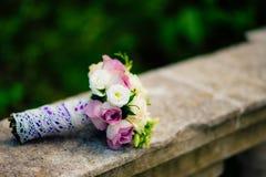 Bouquet de mariage sur un fond en pierre Photo libre de droits