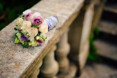 Bouquet de mariage sur un fond en pierre Images libres de droits