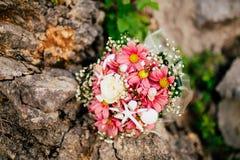 Bouquet de mariage sur un fond en pierre Photographie stock