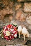 Bouquet de mariage sur un fond en pierre Photo stock