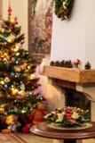 Bouquet de nouvelle année sur l'arbre de Noël et le fond defocused de cheminée photo stock
