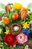 Bouquet de Pâques avec la décoration d'oeufs le ressort fleurit la tulipe, ranunc Photographie stock libre de droits