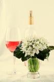 Bouquet de perce-neige, fleurs blanches de ressort et vin rose sur le fond clair Copiez l'espace Photo libre de droits