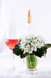 Bouquet de perce-neige, fleurs blanches de ressort et vin rose sur le fond clair Copiez l'espace Image libre de droits