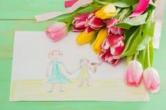 Bouquet de photo de tulipes et d'enfants avec la mère et la fille sur t Image libre de droits