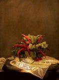 Bouquet de poivron rouge amer et de laitue se tenant sur une vieille dentelle Photographie stock libre de droits