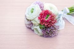 Bouquet de Ranunculuson de fond en bois rose rose, blanc et violet doucement Photo libre de droits