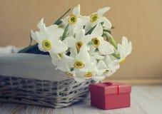 Bouquet de ressort de l'emballage de narcisse et de cadeau pour vos vacances Photographie stock libre de droits