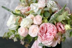 Bouquet de ressort des fleurs mélangées sur le fond gris de mur de vintage derrière Photo stock