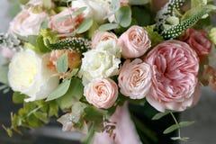 Bouquet de ressort des fleurs mélangées sur le fond gris de mur de vintage derrière Photographie stock
