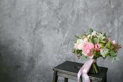Bouquet de ressort des fleurs mélangées sur le fond gris de mur de vintage derrière Image stock