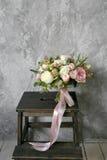 Bouquet de ressort des fleurs mélangées sur le fond gris de mur de vintage derrière Images stock