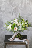Bouquet de ressort des fleurs mélangées sur le fond gris de mur de vintage derrière Image libre de droits