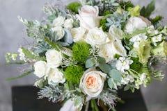 Bouquet de ressort des fleurs mélangées sur le fond gris de mur de vintage derrière Photographie stock libre de droits