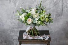 Bouquet de ressort des fleurs mélangées sur le fond gris de mur de vintage derrière Images libres de droits