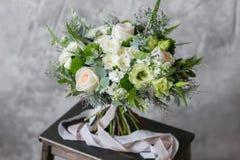 Bouquet de ressort des fleurs mélangées sur le fond gris de mur de vintage derrière Photos libres de droits