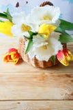 Bouquet de ressort des tulipes dans un panier images stock