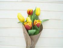 Bouquet de ressort pour la maman Vue de ci-avant L'enfant donne un cadeau Photo libre de droits