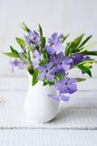 Bouquet de ressort sur la table photographie stock libre de droits