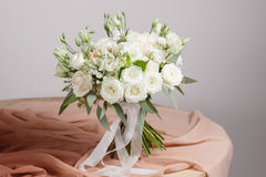 Bouquet de riches d'hortensia Fond floristique de vintage, roses colorées, ciseaux antiques et une corde sur une vieille table en Photo libre de droits