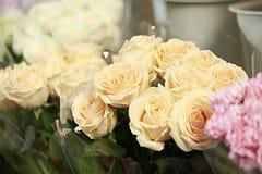 Bouquet de rose de beige dans le fleuriste de trottoir Images stock