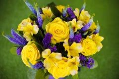 Bouquet de roses de fin de cadeau de fleur, viole de jaune de carte de voeux Image stock