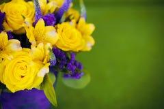 Bouquet de roses de fin de cadeau de fleur, viole de jaune de carte de voeux Image libre de droits