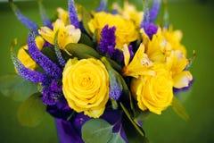Bouquet de roses de fin de cadeau de fleur, viole de jaune de carte de voeux Images stock