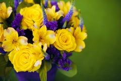 Bouquet de roses de fin de cadeau de fleur, viole de jaune de carte de voeux Photo stock