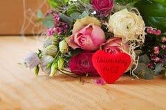 Bouquet de roses et coeur d'amour Photographie stock