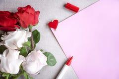 Bouquet de roses et feuille de papier blanc Image stock