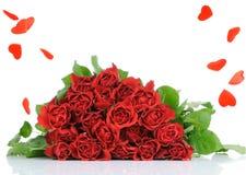 Bouquet de roses et pluie de coeur Photographie stock