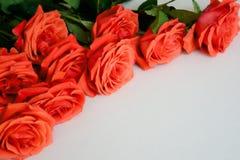 Bouquet de roses rouges dans le vase en verre sur la table blanche Image libre de droits