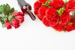 Bouquet de roses rouges et bouteille de vin rouge Images libres de droits
