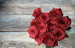 Bouquet de roses rouges sur le vieux fond peint de conseils pour l'anniversaire de jour du ` s de mère de valentine photos libres de droits